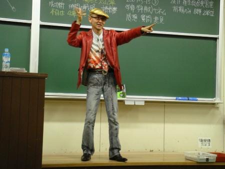 "<span class=""fontBold"">鎌田浩毅氏 プロフィル</span><br>1955年生まれ。東京大学理学部地学科卒業。通商産業省(現・経済産業省)を経て97年より京都大学大学院人間・環境学研究科教授。理学博士。専門は地球科学・火山学・科学コミュニケーション。京大の講義は毎年数百人を集める人気ぶりで教養科目1位の評価。「世界一受けたい授業」「情熱大陸」などに出演しテレビ・ラジオ・雑誌で科学を明快に解説する「科学の伝道師」。週刊エコノミストに「鎌田浩毅の役に立つ地学」を連載中。著書に『首都直下地震と南海トラフ』(MdN新書、2月4日発売予定)、『富士山噴火と南海トラフ』『地学ノススメ』(ブルーバックス)、『京大人気講義 生き抜くための地震学』(ちくま新書)、『地球の歴史(上)(中)(下)』『理科系の読書術』(中公新書)、『火山噴火』(岩波新書)、『日本の地下で何が起きているのか』(岩波科学ライブラリー)、『新版 一生モノの勉強法』『座右の古典』(ちくま文庫)など。 ホームページ:<a href=""http://trans.kuciv.kyoto-u.ac.jp/resilience/~kamata/"" target=""_blank"">http://trans.kuciv.kyoto-u.ac.jp/resilience/~kamata/</a>"