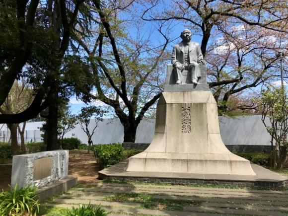 渋沢栄一が設立し、初代院長になった養老院跡に建立された銅像(東京都板橋区)PIXTA